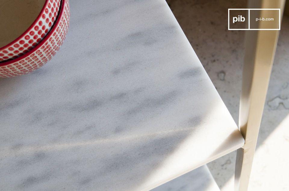 De oppervlakken zijn verfijnd: Het marmer is fijn geaderd met grijs en bedekt met een vernis dat