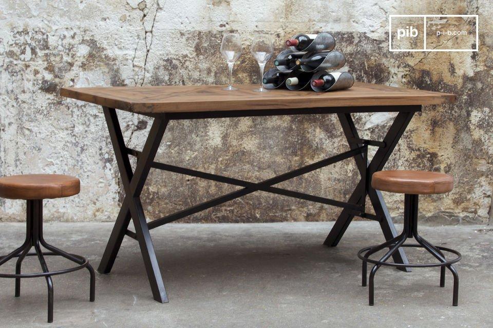 De Cadé tafel valt direct op door zijn industriële look die wordt benadrukt door het massief stalen frame