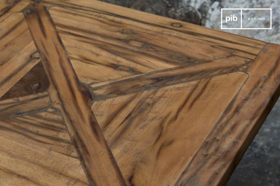De aanzienlijk kwaliteit van de houtbewerking is in het bijzonder terug te zien in de twee grote x-tekens die gemaakt zijn van twee houten planken