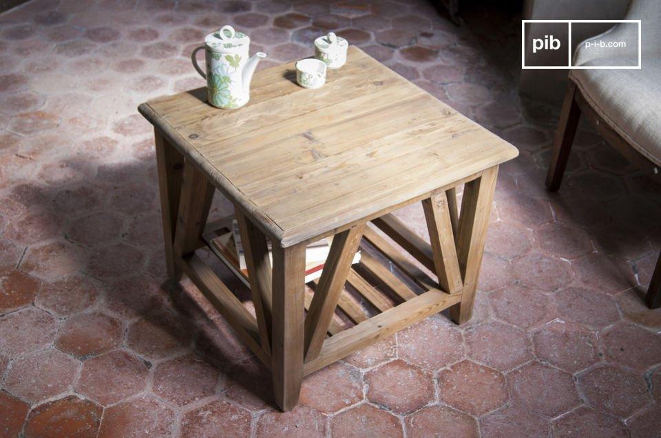 De tafel is volledig gemaakt van oud massief hout dat is gewaxt die het een rustieke uitstraling geeft