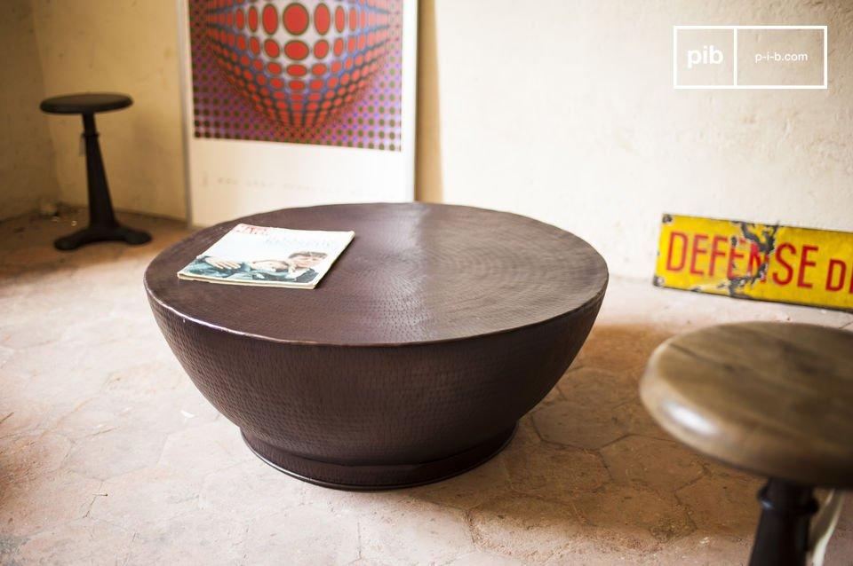 De Calaba salontafel is volledig gemaakt van aluminium en heeft een prachtige donkerbruine kleur