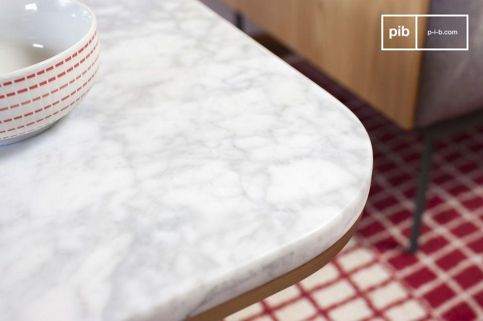 Een elegante bijzettafel design gemaakt van wit marmer wat opvalt met de gouden messing
