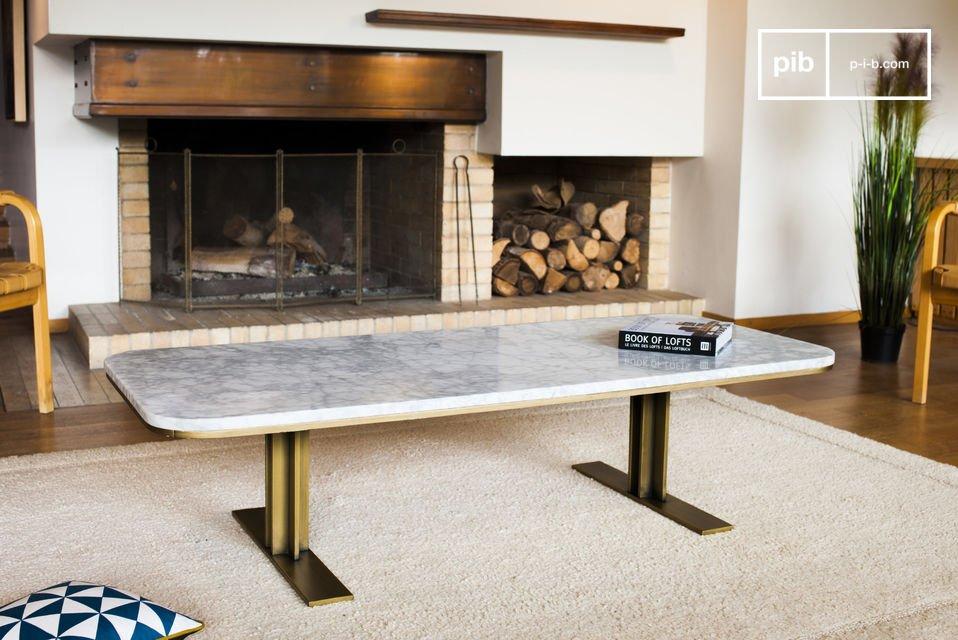 Een elegante salontafel gemaakt van wit marmer wat opvalt met de gouden messing
