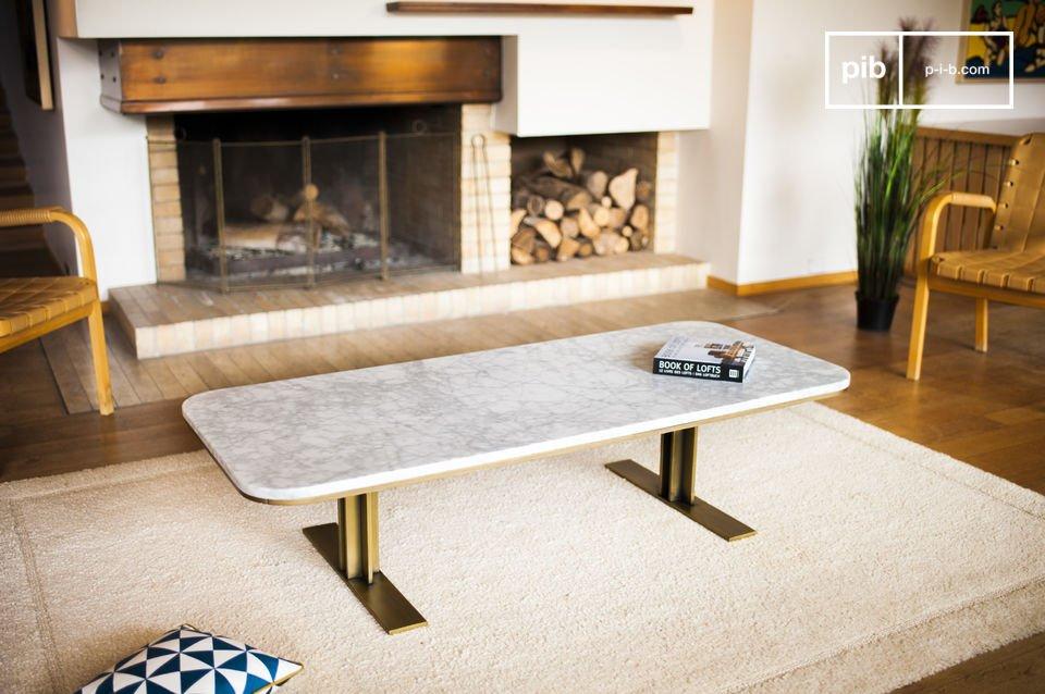 Het contrast tussen de verticale poten en de randen van de tafel zorgen ervoor dat de focus ligt op het tafelblad