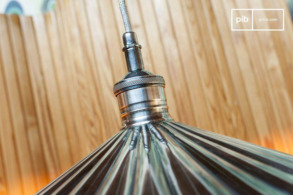 De Charlotte hanglamp is gemaakt van messing, met een plaat van zilverlegering