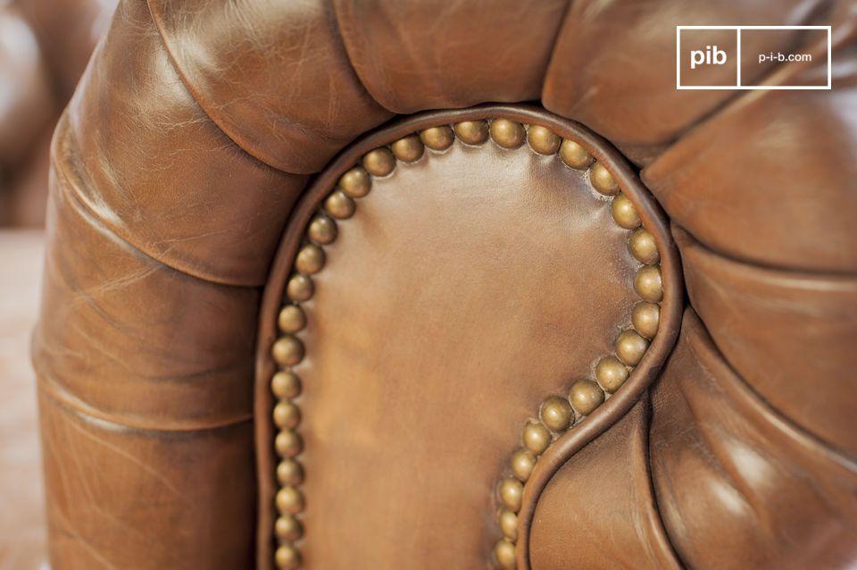 Het comfort van de lederen fauteuil is verzekerd door het gebruik van Engelse traditionele