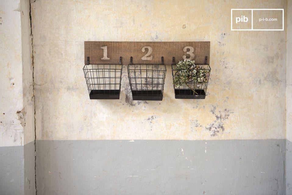 De combinatie van antiek hout en mat metaal geeft het Chloé muur opslagrek een onmiskenbare charme, waarbij de geschilderde cijfers doen denken aan werkplaatsen en opslagrekken van oude winkels