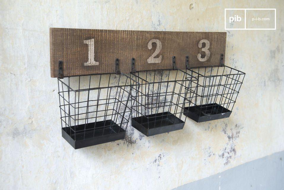 Een of meerdere opslagrekken kunnen geplaatst worden in een keuken, woonkamer of een kamer gevuld met houten bestek, specerijen of ander kleine antieke voorwerpen