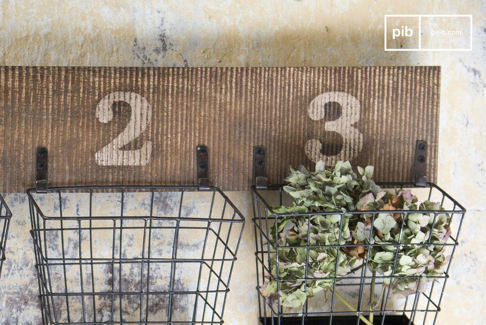 De combinatie van antiek hout en mat metaal geeft het Chloé muur opslagrek een onmiskenbare charme