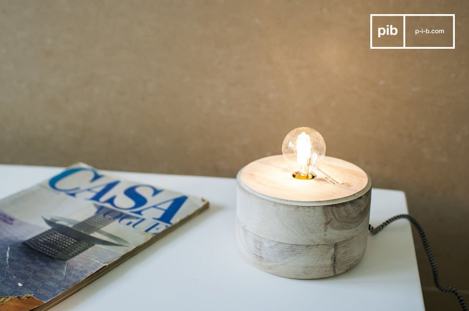 Een kleine lamp die hout en metaal combineert