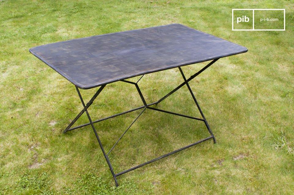 Kies voor deze tafel die absoluut een retro karakter heeft dankzij zijn gelaagde onafgewerkte verf