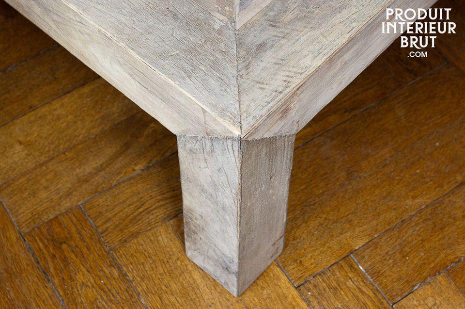 Deze originele tafel is volledig gemaakt van gerecycled grenenhout en het voegt veel karakter toe