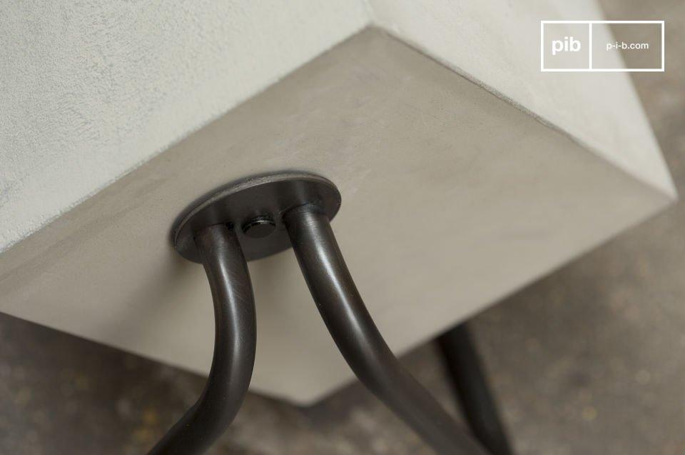 De natuurlijke stijl van beton op een metalen onderstel