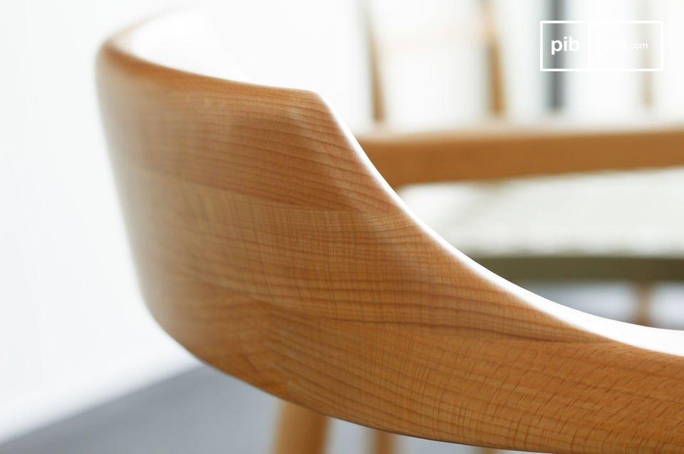 Deze fauteuil heeft een stevige beukenhouten frame met zeer verfijnde lijnen en een mooie afwerking