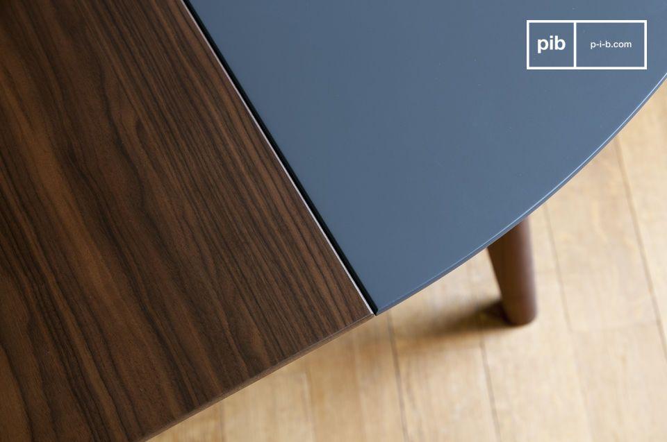 De tafel is gemaakt van massief walnoothout en bestaat uit panelen van houtdeeltjes met een dikke