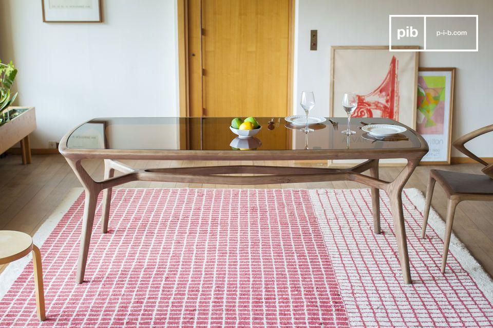 De elegante en verfijnde Dagsmark houten en glazen eettafel bestaat uit een mat gelakt massief hout