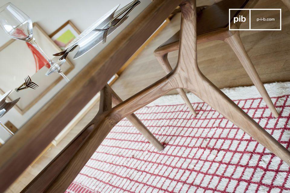 De gebogen lijnen en de nette afwerking zijn het resultaat van een opmerkelijk houtwerk dat uw