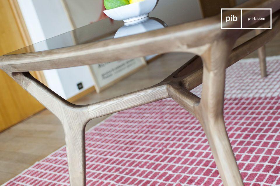 De lichte lijnen en sobere afwerking maken de tafel echter evenzeer geschikt voor een modern design