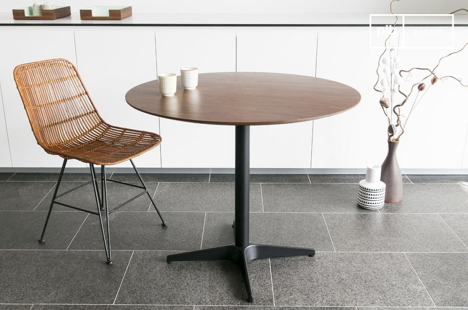 Een tafel met een Scandinavische stijl van de jaren '50