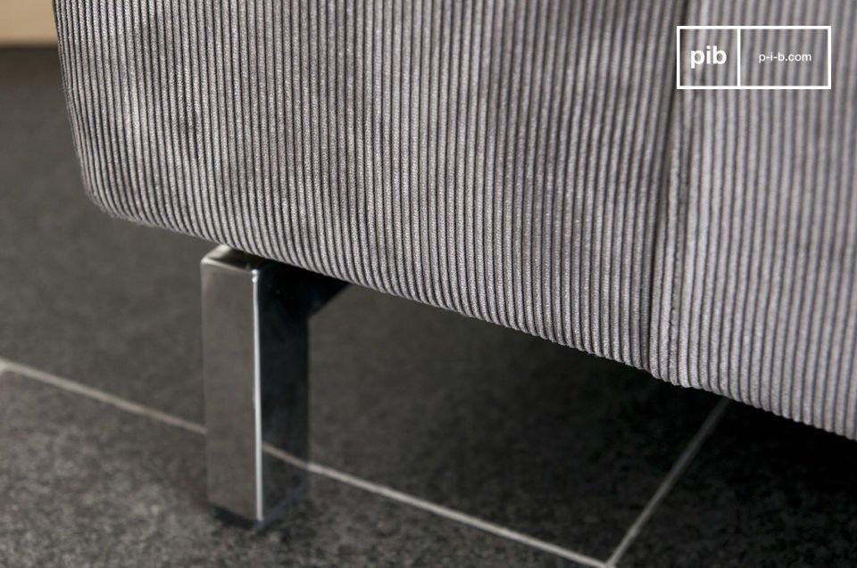 Een stijlvolle bank die is gemaakt is van ribfluweel