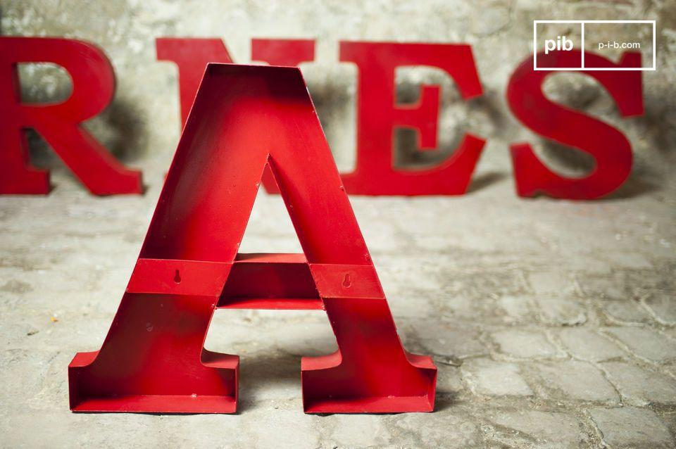 De letter \'\'E\'\' is volledig gemaakt van metaal en heeft een rode gepatineerde afwerking