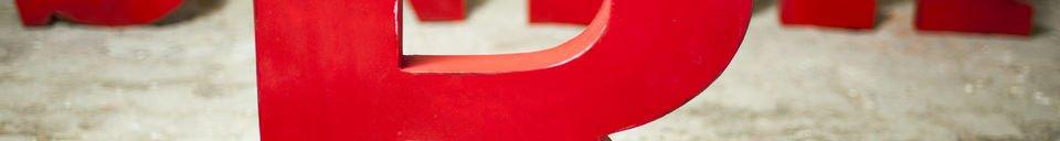 Benadrukte materialen Decoratieve letter R