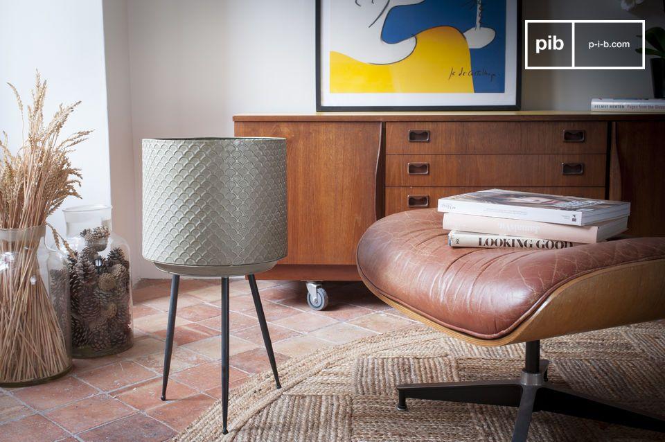 De fijn gevormde poten geven deze stand een gevoel van lichtheid die doen denken aan het meubilair