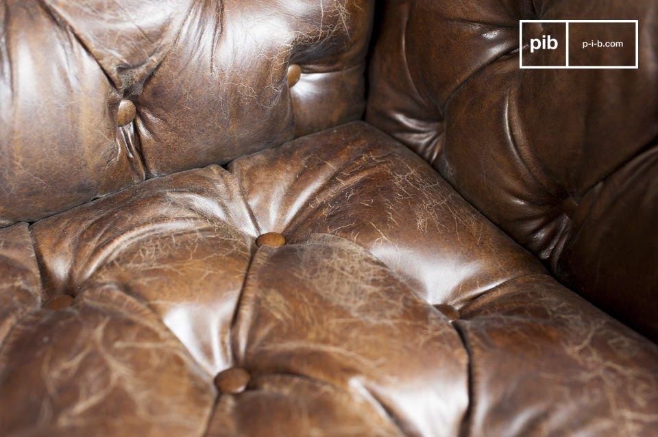 De comfortabele zitting en rugleuning hebben de stijl van een typisch Chesterfield meubelstuk
