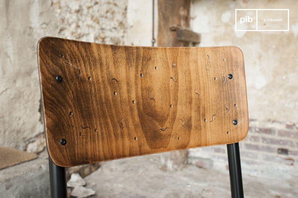 De zitting en leuning zijn volledig gemaakt van handgeschilderd hout