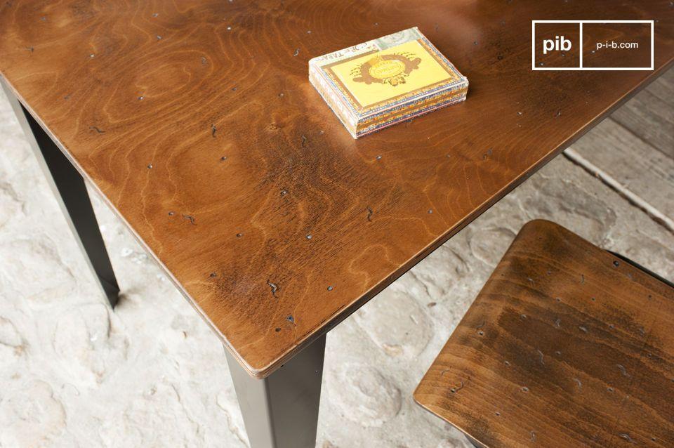 Een bureau of een simpele eettafel in een resoluut industrieel design