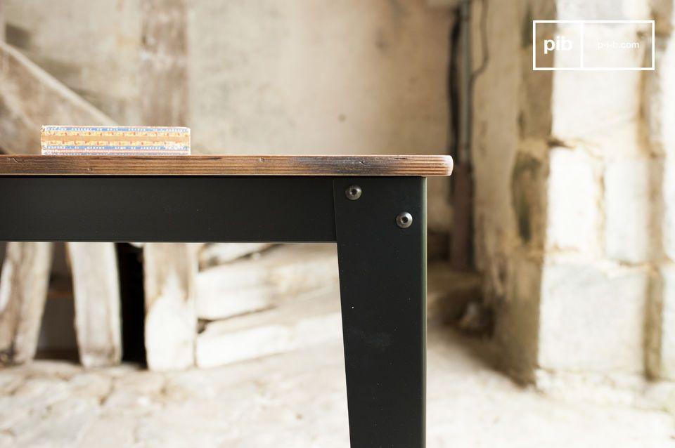 Het tafelblad van de Doinel tafel is gemaakt van berkenhout dat is voorzien van verf en lak
