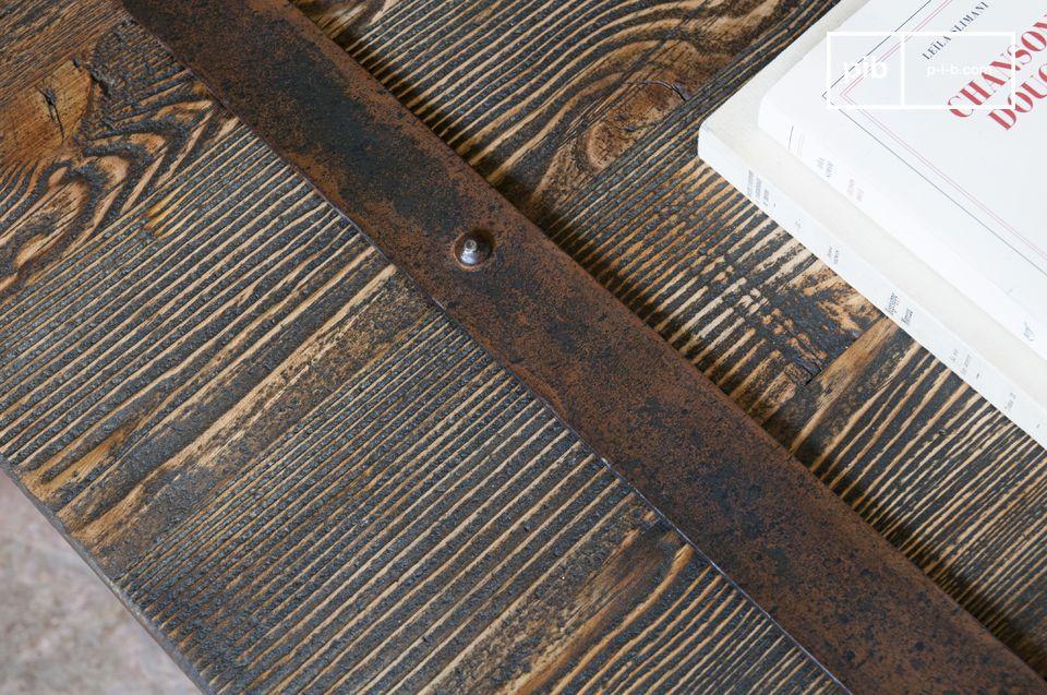 Het ruige blad van de Domancy salontafel is gemaakt van teruggewonnen iepen planken en zal een