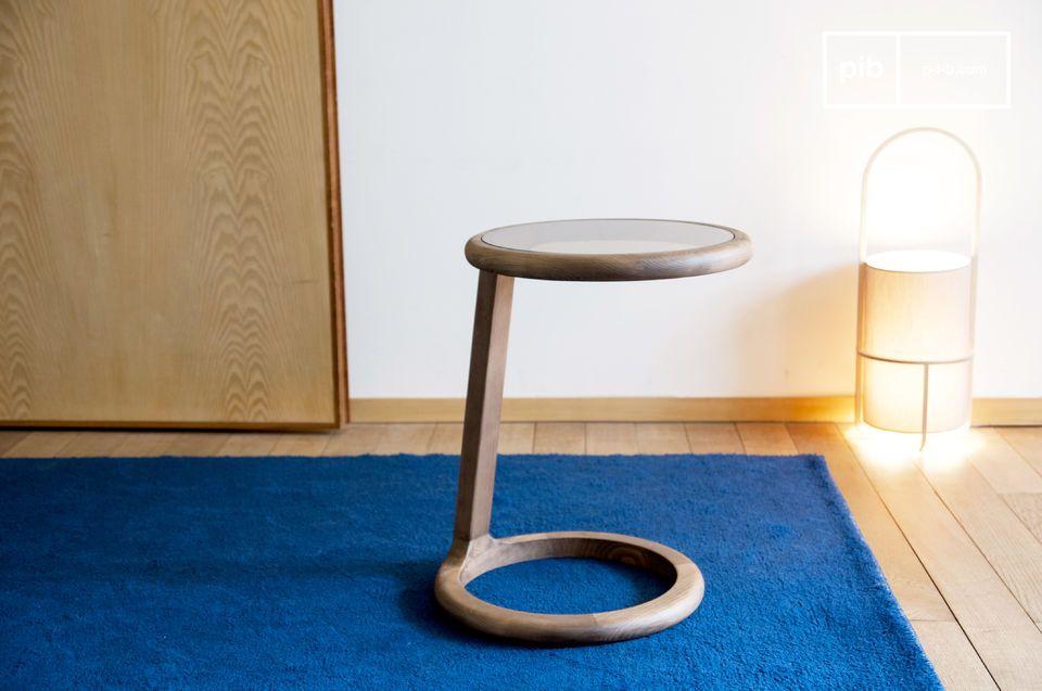 De rondheid van het ontwerp en de gerookte glazen plaat zorgen voor een verfijnd en discreet object