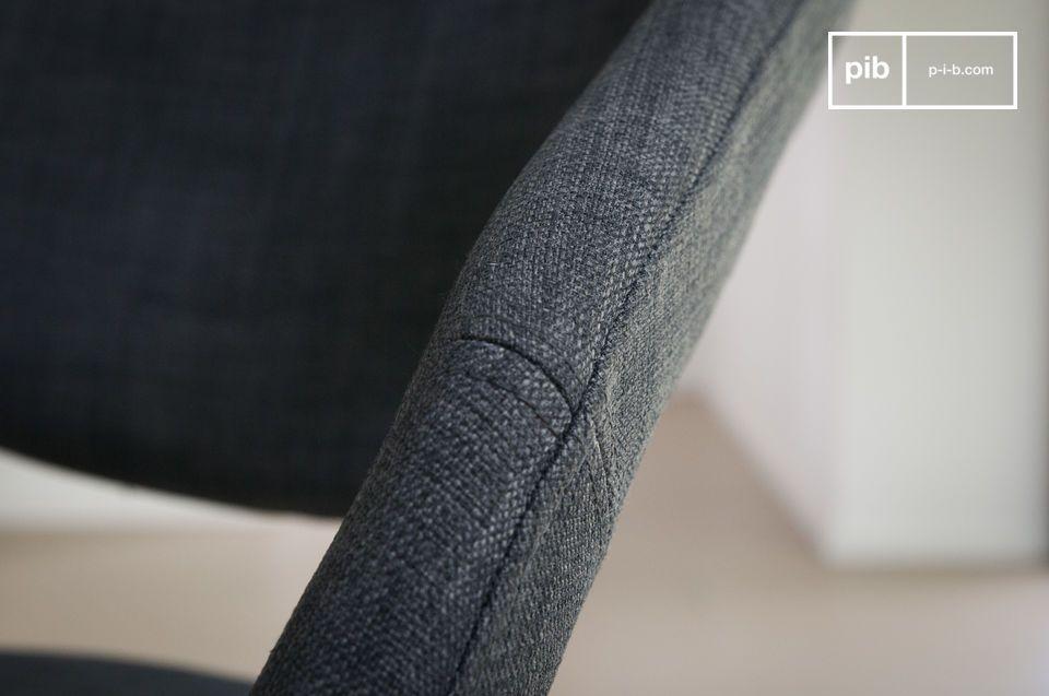 Ongeacht of je de lichte of donkere versie kiest, de stoel past perfect aan elke eettafel of bureau