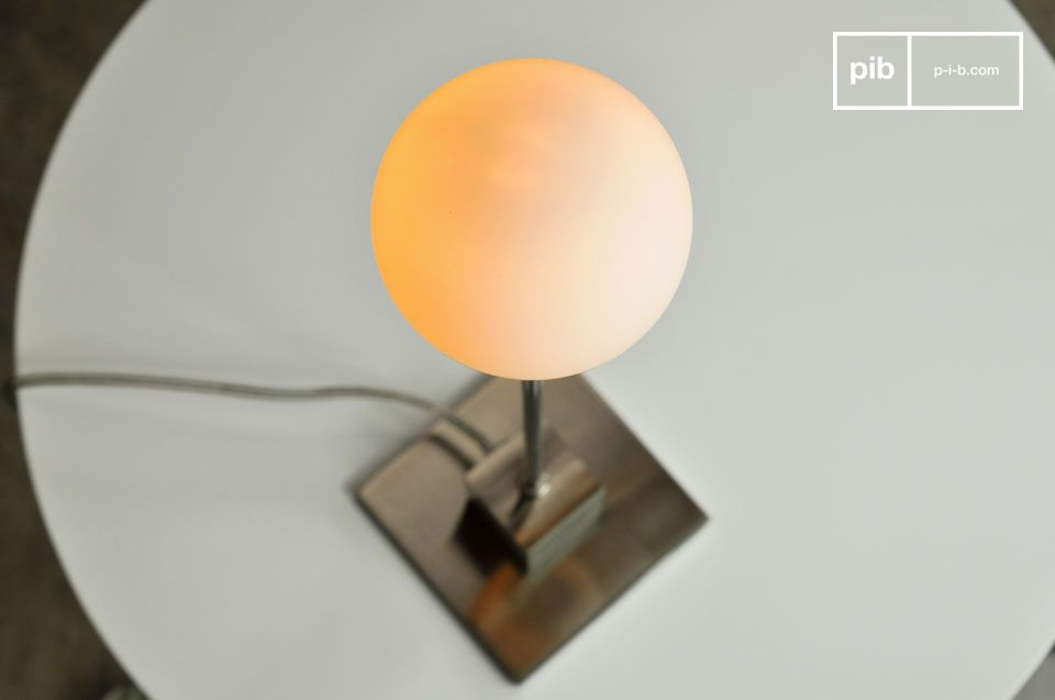 Het geblazen matglas van de lamp lijkt te zweven in de lucht en ziet eruit als een echte sneeuwbal