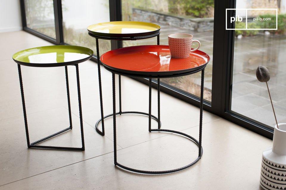 De driekleurige Kirk salontafel trekt alle aandacht vanwege zijn prachtige structuur en de drie verschillende kleuren van de tafelbladen