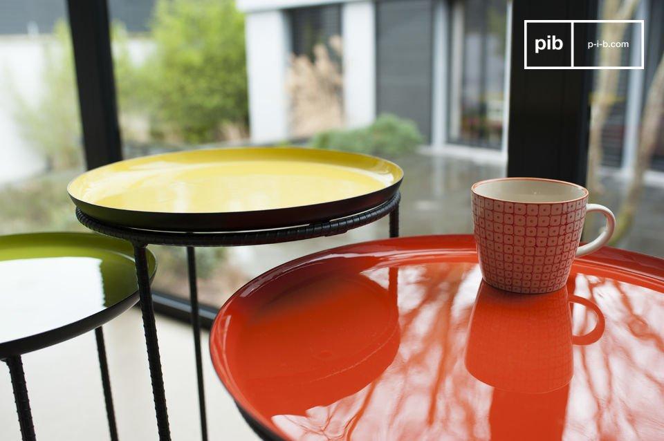 De basis van de tafels zijn volledig gemaakt van zwart metaal en hebben allemaal een verschillende vorm