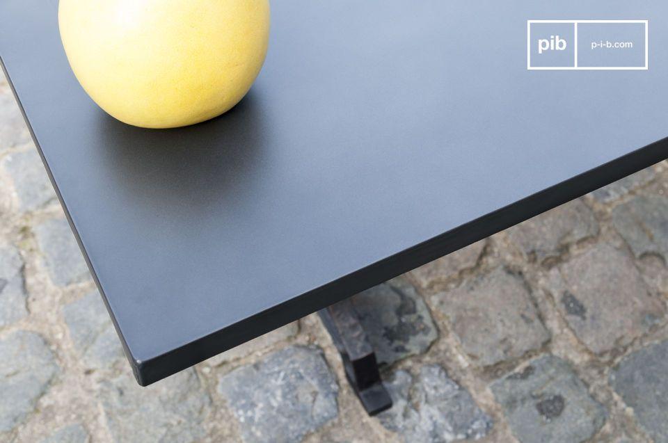 Het paneel is gemaakt van hout met een dikke laag genageld staal als oppervlak