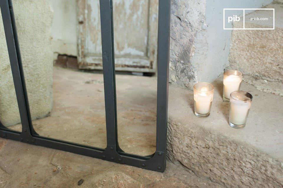 Jouw spiegelbeeld in een drieluikige spiegel met een metalen frame