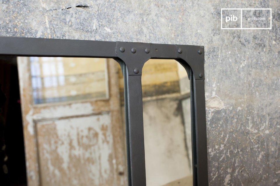 De Eiffel spiegel heeft de uitstraling van een klassiek industrieel object