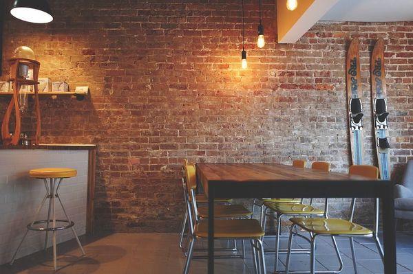 eiken tafel industriele stoelen anderson tafellamp