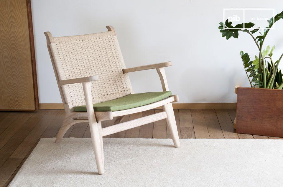 Een fauteuil natuur trouwen met blond hout, geweven rotan en olijfgroene kleur