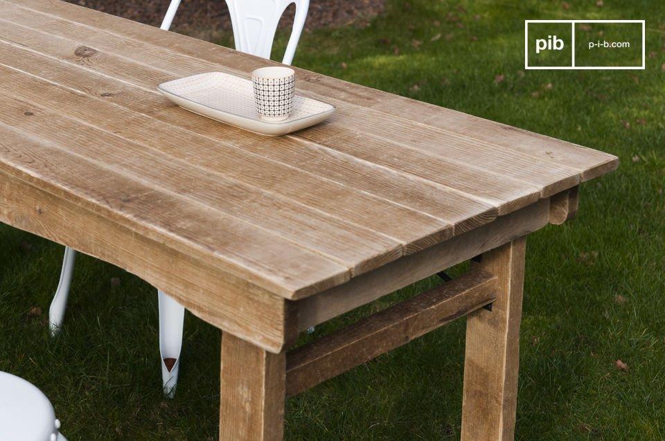 Een houten tafel met een landelijke stijl