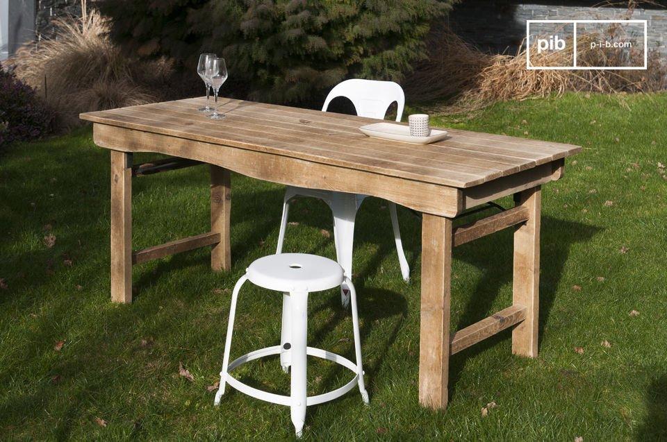 Een praktisch aspect van deze tafel is dat de poten ingeklapt kunnen worden als je de tafel naar een andere kamer wilt vervoeren