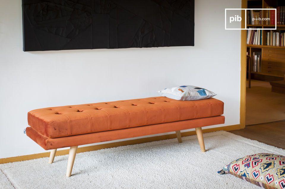 Zijn resoluut vintage look is uit de jaren 60, versterkt door zijn oranje kleur en vulling