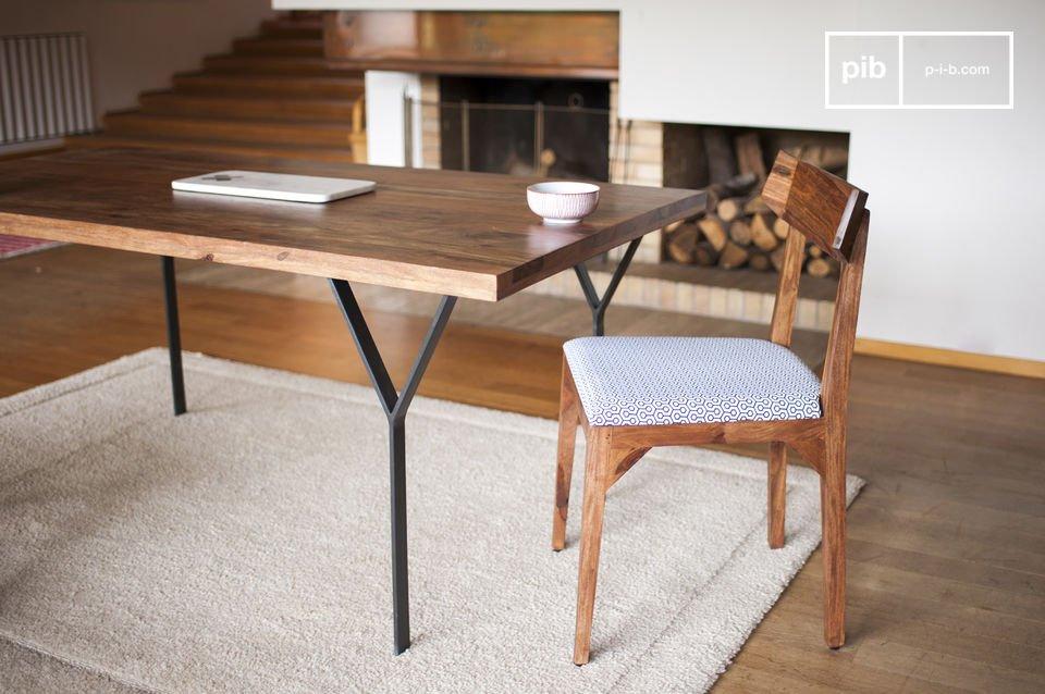 De achterkant van deze stoel is afgeschuind aan de uiteinden om het comfort te verhogen en de