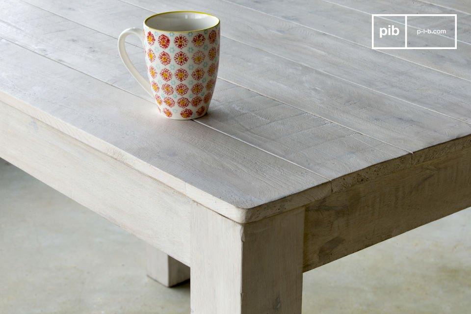 Met zijn patina finish en simpele lijnen, de houten Epicure tafel voegt charme toe aan elk interieur