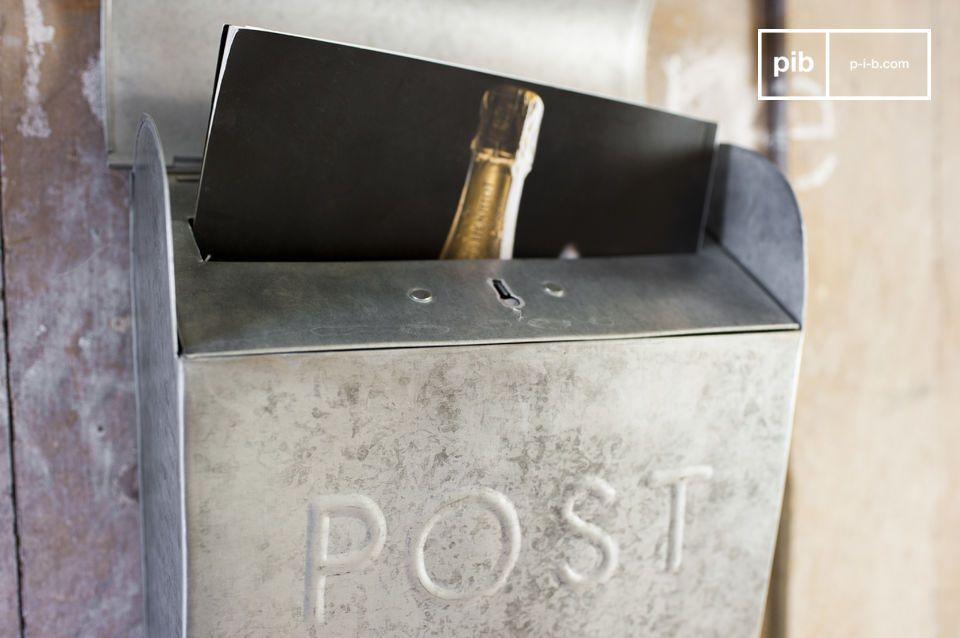 De kleine Epistula brievenbus heeft een vintage karakter en voegt een subtiele industriële touch