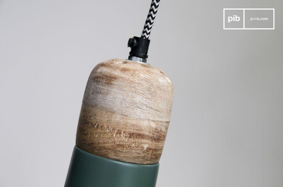 De Farnetta hanglamp is gemaakt van metaal en licht hout