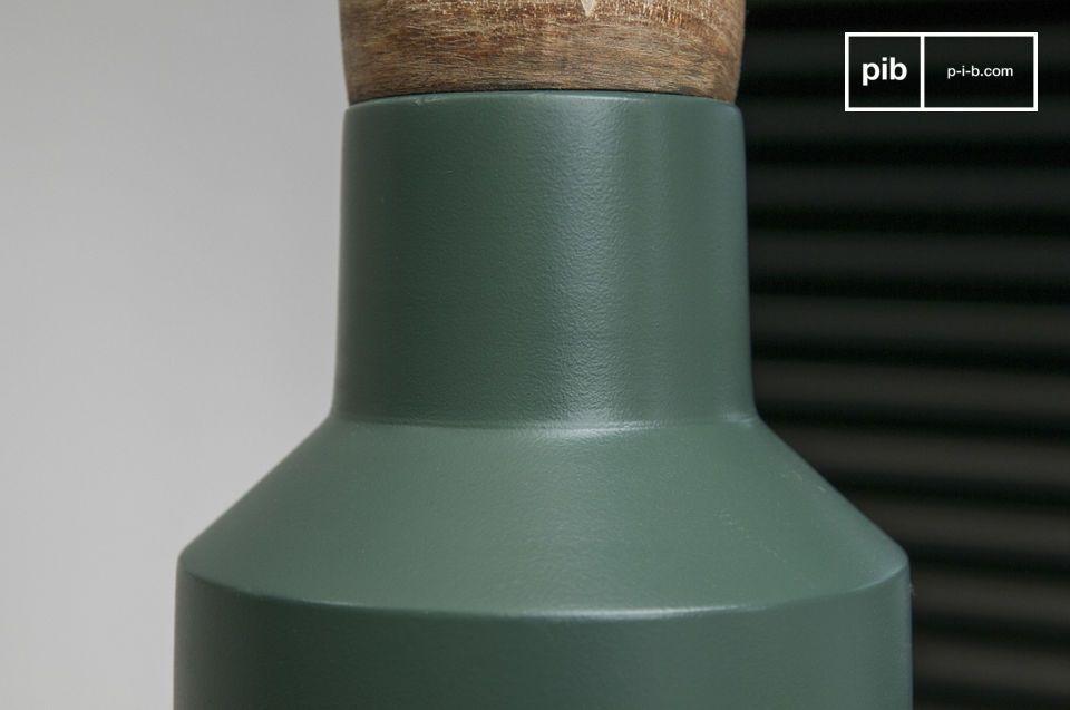 De lampenkap heeft een hoekige vorm en prachtige blauwe kleur die een mooi contrast biedt tegen